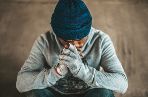 man leeft op de straat en zoekt hulp om weer een stabiel leven op te bouwen