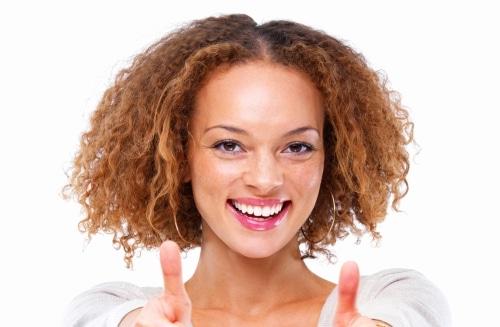 vrouw is blij dat de machtiging is verzonden